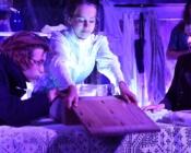 ©Eva Kalbus.  Lavastuses mängivad nii professionaalid kui kooliõpilased. Pildil Reemus Tõniste, Hanna-Ly Aavik, Mattias Nurga, taga Ingrid Noodla