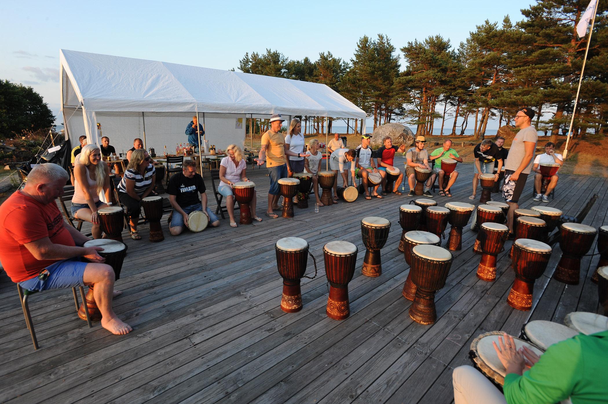 St. Gobain suvepäevad Prangli saarel 2018. Reigo Ahvena trummimängu töötuba